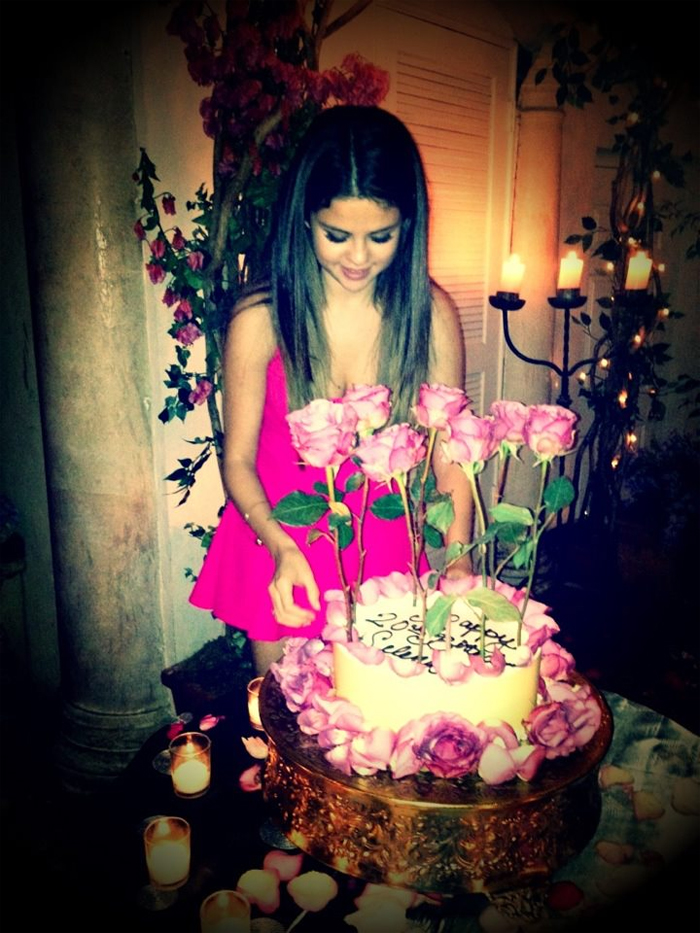 Selena Gomez ganha festa surpresa de aniversário de Justin Bieber