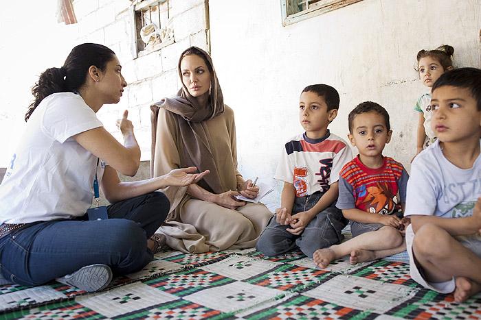 Angelina Jolie usa véu para visitar campo de refugiados no ...