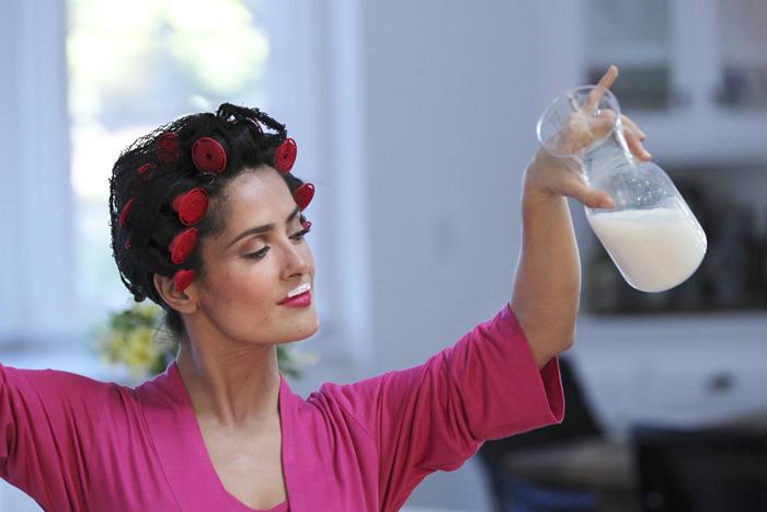 Salma hayek aparece com bobes e bigodinho de leite em for Renovar votos de casamento