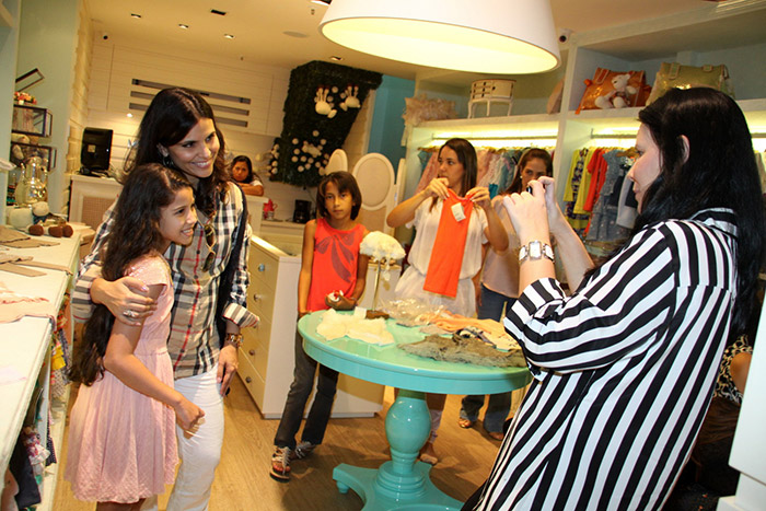 Adesivo Clareador De Dente ~ Aline Barros recebe m u00e3es e f u00e3s mirins em sua loja Ofuxico