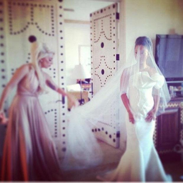 Lady Gaga vira dama de honra comportada em casamento de amiga