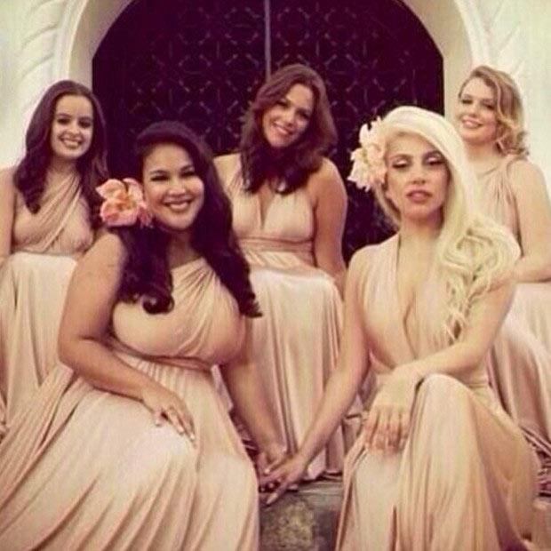 Lady Gaga vira dama de honra comportada em casamento de amiga O Fuxico