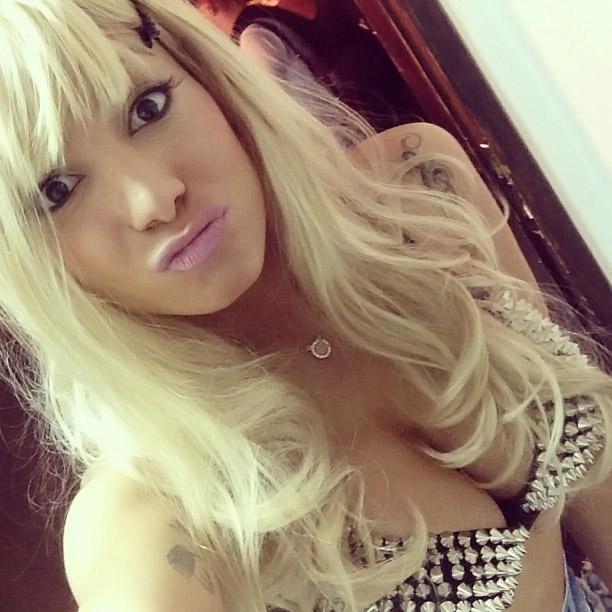 Anitta posa de peruca loira