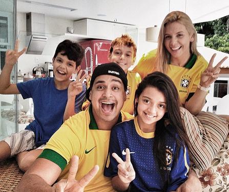 Com os filhos, Carla Perez e Xanddy comemoram vitória do Brasil