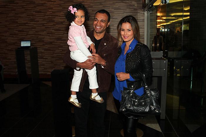 Adriane Galisteu leva o filho para assistir peça infantil da Disney