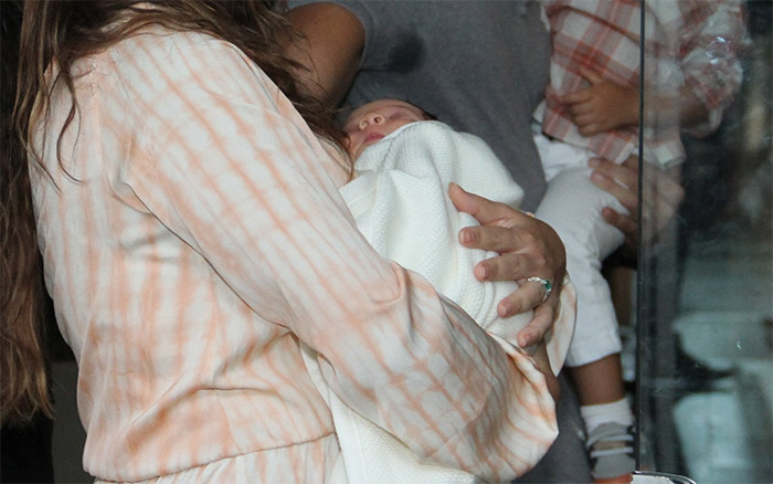 Juliana Paes deixa a maternidade com os dois filhos e o marido