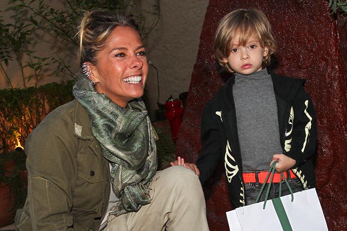 Adriane Galisteu leva Vittorio ao aniversário do filho da Astrid