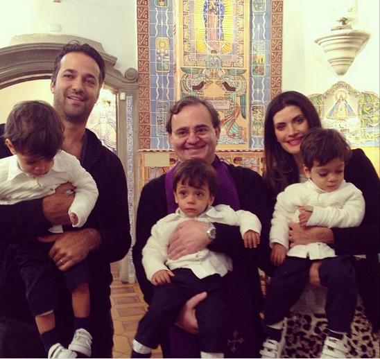 Isabella Fiorentino comemora aniversário dos trigêmeos na igreja