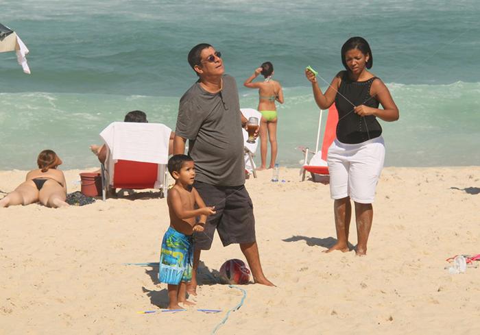Zeca Pagodinho toma cerveja e empina pipa com o neto