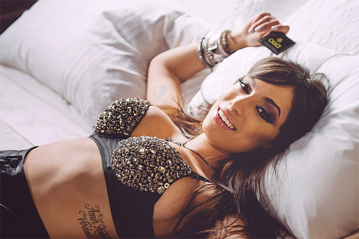 Anitta grava campanha para marca de preservativos