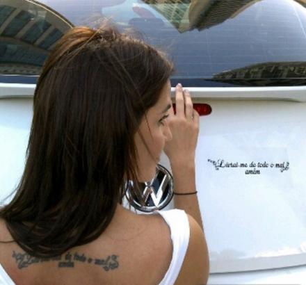 Deborah Secco reproduz sua tatuagem em adesivo no carro