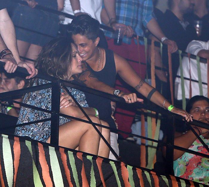 Thammy Miranda em clima de romance com a namorada em show