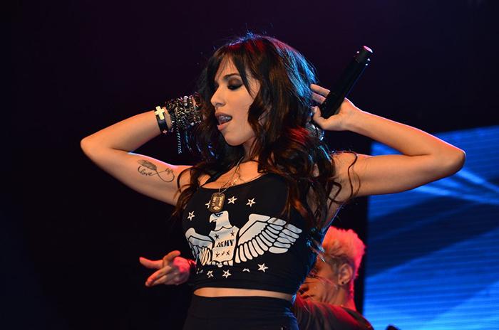 Com performance sensual, Anitta faz show em São Paulo