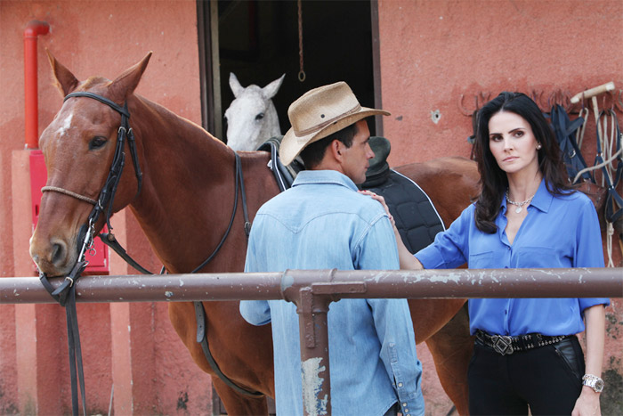 Lizandra Souto prestigia namorado gravando clipe sertanejo