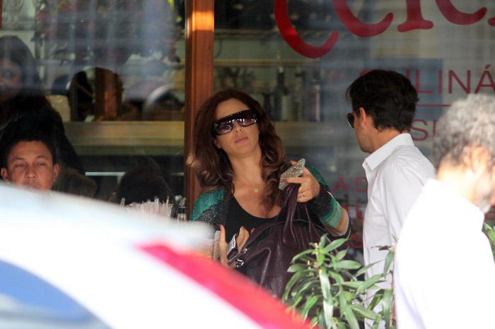 Já no fim da gravidez, Guilhermina Guinle almoça com o marido no Leblon