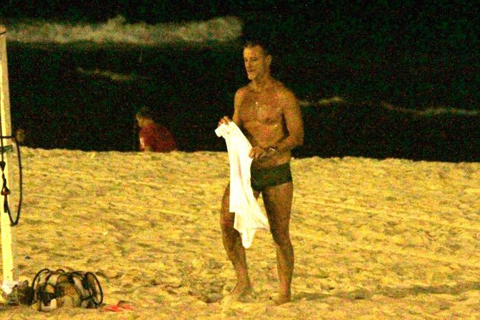 Marcello Novaes Toma Banho De Mar Noite Em Praia Carioca