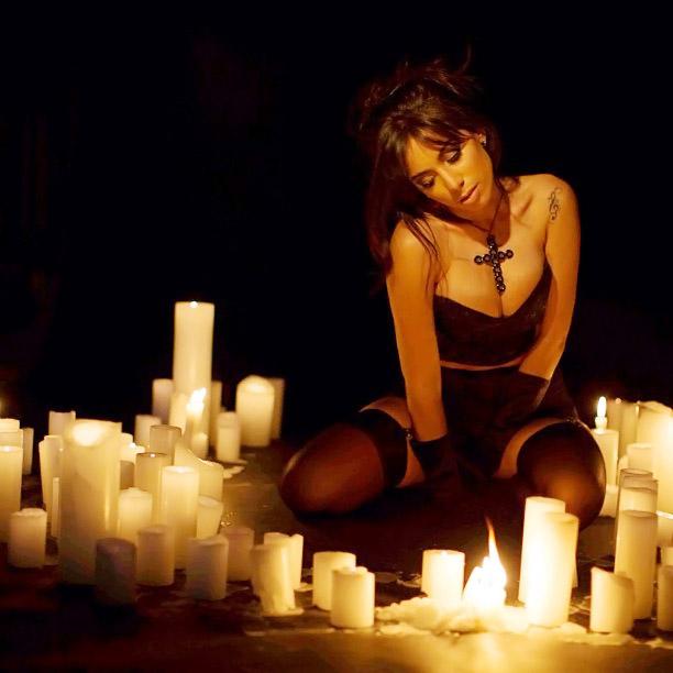 Anitta sensualiza de lingerie em meio a várias velas