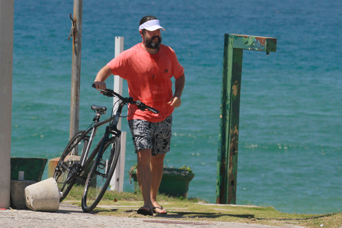 Murilo Benício se refresca no mar em dia de sol no Rio