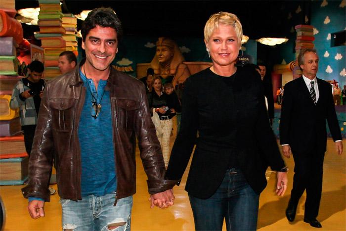 Xuxa leva o namorado, Junno Andrade, para celebrar 10 anos de seu Parque