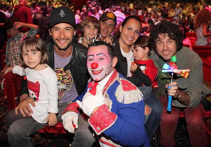Rodrigo Santoro e Eriberto Leão curtem noite no circo com a família