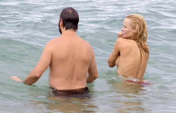 Pamela Anderson faz top less em praia na França