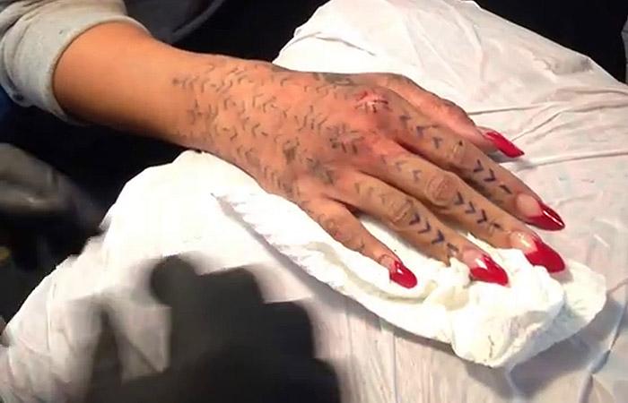 Veja o passo a passo da estranha tatuagem de Rihanna na mão