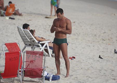 De sunga, Malvino Salvador exibe o corpo definido na Barra da Tijuca