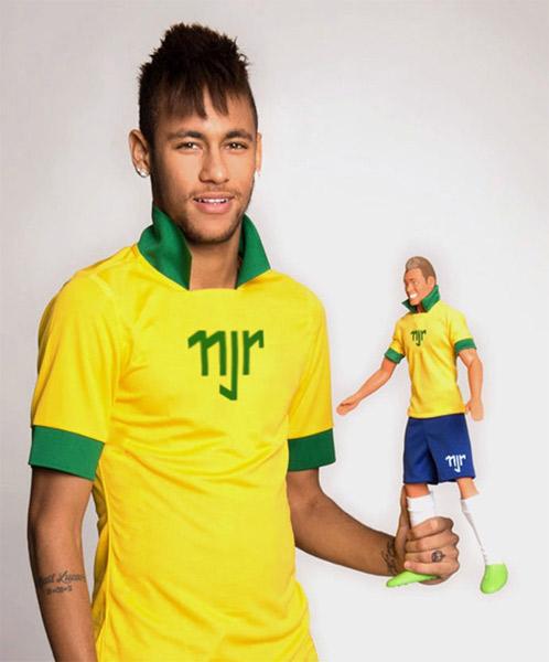 Neymar vira boneco para as crianças
