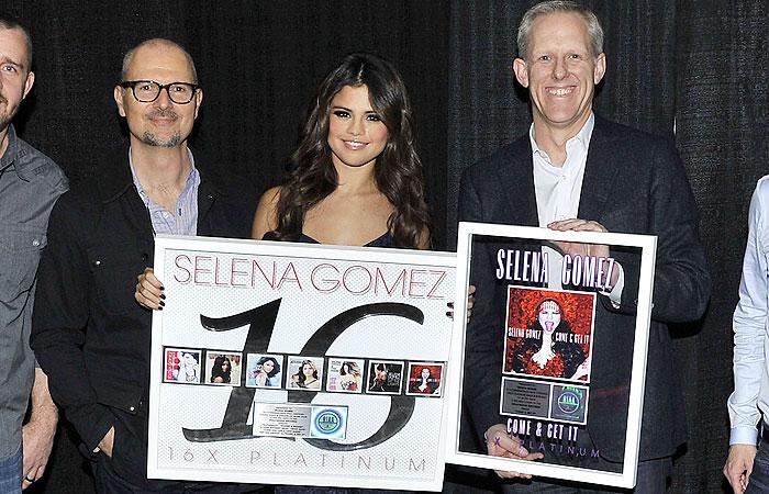 Selena Gomez recebe disco de platina após sucesso no mercado digital