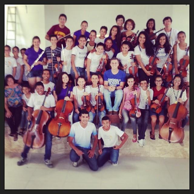 Luciano Huck se emociona com orquestra baiana