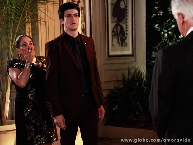 Amor à Vida: César reúne a família e diz que Félix jogou Paulinha no lixo
