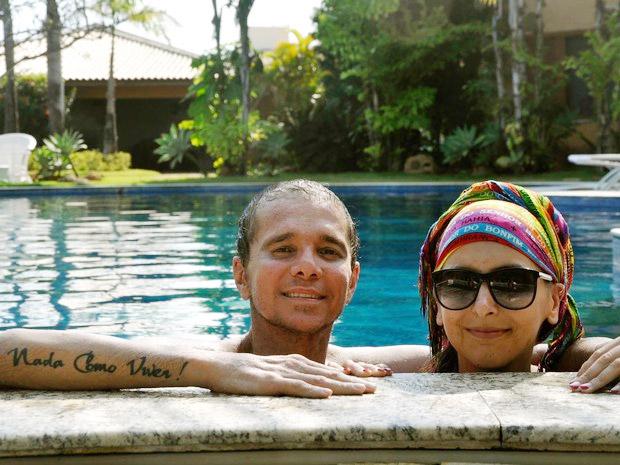 Bem mais magro após problema de saúde, Netinho curte piscina