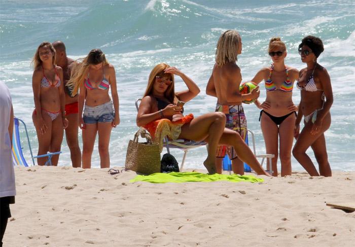 Marcelo Serrado e Fernanda Souza vão à praia de peruca