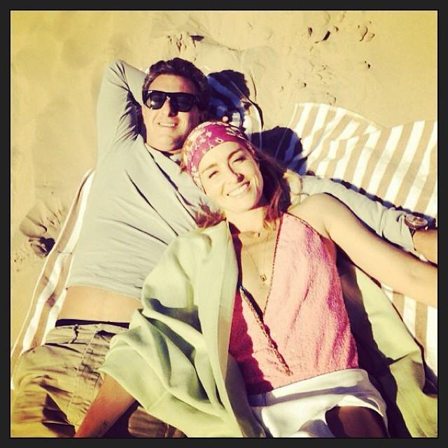 Angélica e Luciano Huck curtem praia em clima de romance  Ofuxico