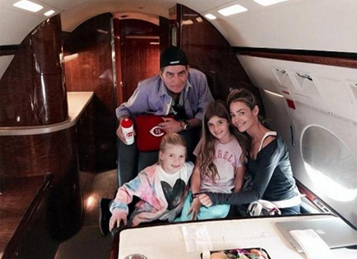 Charlie Sheen está chateado por não passar o Natal com as filhas