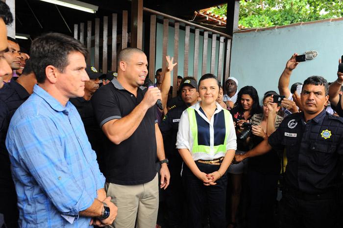 Ronaldo e a noiva levam presentes para desabrigados em Búzios