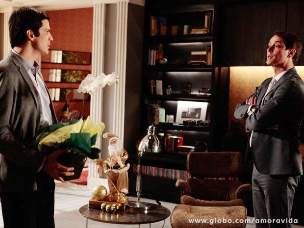 Amor à Vida: Magoado, Félix briga com Eron ao vê-lo na casa de Niko