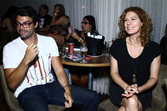 Patricia Pillar assiste show da Marina acompanhada de um homem