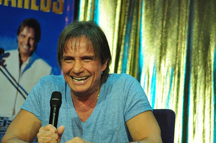 Muitas emoções: Roberto Carlos dá coletiva em Navio