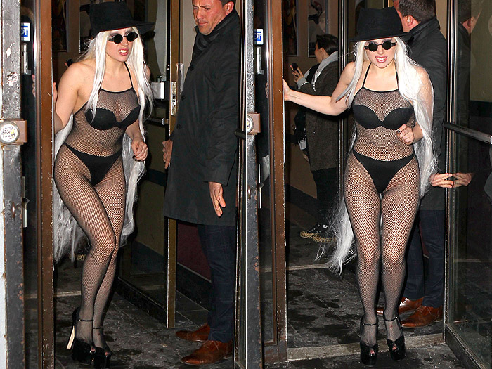 Quase pelada, Lady Gaga passa frio em Nova York