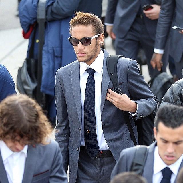 Neymar aparece quase irreconhecível em foto de terno