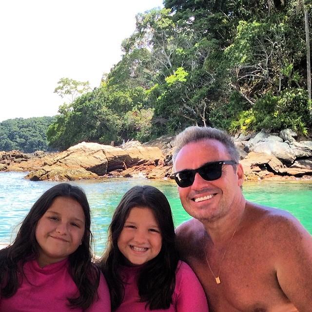Gugu posa com as filhas gêmeas em viagem de Carnaval