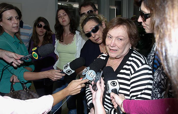 Nicette Bruno se emociona ao falar de Paulo Goulart na porta do hospital