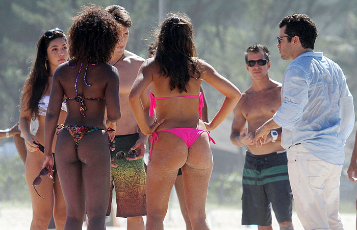 Bruna Marquezine exibe o corpão em gravação na praia
