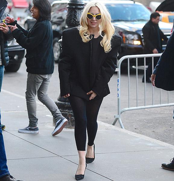 Lady Gaga usa modelito inspirado no anos 80