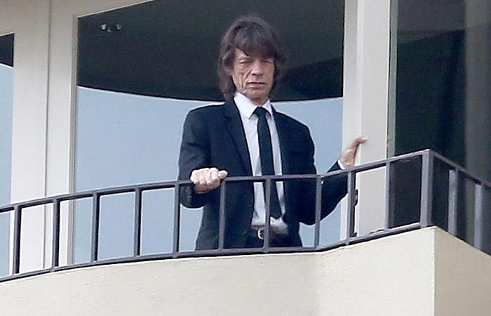 Mick Jagger se emociona no funeral da namorada L´wren Scott