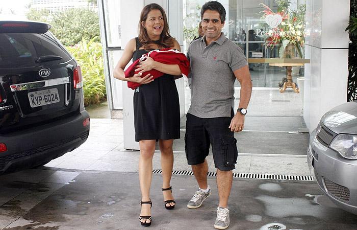 Nivea Stelmann deixa a maternidade com a filha Bruna