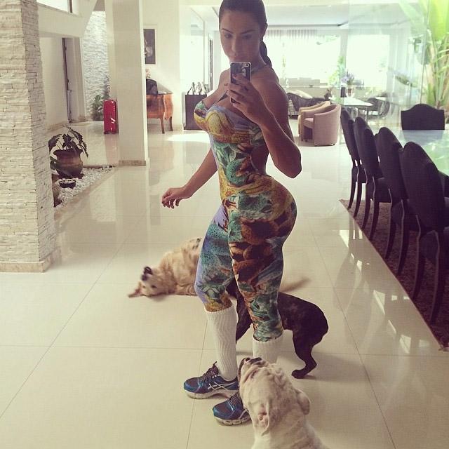 Gracyanne Barbosa usa macacão super justo para passear com os dogs
