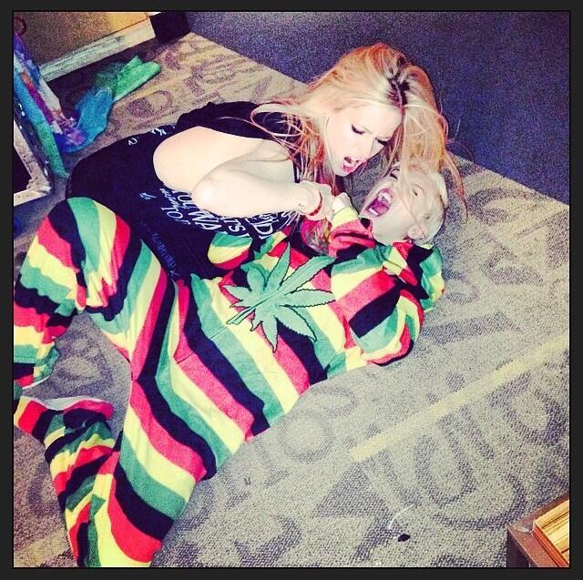 Miley Cyrus e Avril Lavigne brigam por popularidade no Canadá. Assista!