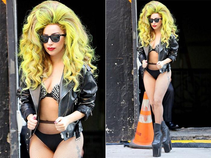 Lady Gaga passeia de biquíni e cabelo verde limão pelas ruas de Nova York